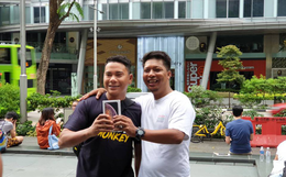Vừa mua được iPhone mới, dân buôn Việt Nam đã nháo nhào bán lại máy giá gốc nhưng chẳng ai thèm ngó ngàng