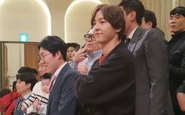 """Không đeo nhẫn khi tham dự đám cưới bạn thân tại quê nhà, Song Joong Ki """"đập tan"""" tin đồn ly hôn nhờ chi tiết này"""