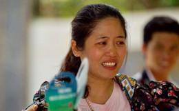 Con gái thi Lý xong nói chỉ làm được 8 điểm, bà mẹ bật khóc nức nở trước cổng trường