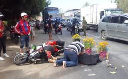 Chồng gào khóc ôm thi thể vợ bị xe khách cán chết tại chỗ trên đường trở lại Sài Gòn