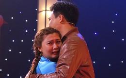 Thách thức danh hài: Xuất hiện cô gái lên sân khấu òa khóc, đòi ôm hết Trấn Thành - Trường Giang rồi... đi về