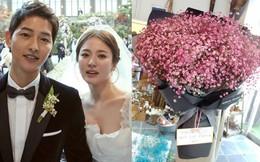 """Song Joong Ki tặng Song Hye Kyo bó hoa cực đại, khen bà xã """"đẹp nhất vũ trụ"""" nhân dịp kỷ niệm 100 ngày cưới"""