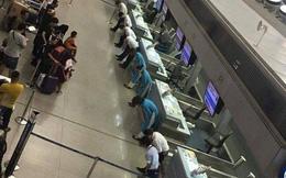 Hình ảnh nhân viên sân bay Tân Sơn Nhất cúi gập mình trước hành khách khiến cộng đồng mạng tò mò xen lẫn thích thú