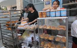 Tiệm bánh mì và shop quần áo 0 đồng ấm lòng người nghèo Sài Gòn