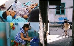 """Cảnh sống """"thiếu trước hụt sau"""" của hai anh em khuyết tật cùng mẹ lên Sài Gòn bán vé số mưu sinh"""