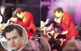 Quỳ xuống sân khấu biểu diễn, Harry Styles bị fan hàng đầu quấy rối tình dục