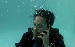 Điện thoại bị rơi xuống nước? Làm luôn những cách sau để cứu vãn tình thế ngay lập tức