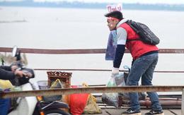 Nhiều bạn trẻ tất bật giúp người dân thả cá và gom đồ phóng sinh trong ngày ông Công ông Táo