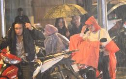Người dân Thủ đô đội mưa xem lắp tàu Cát Linh - Hà Đông lên ray đường sắt trên cao