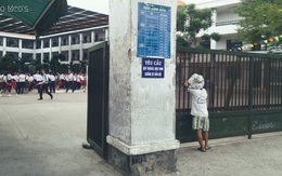 Khoảnh khắc cậu bé đứng đằng xa nhìn học sinh vui đùa khiến nhiều người xót xa
