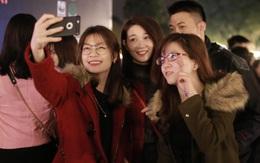 """Giờ Trái Đất 2017: Bạn trẻ đổ xuống đường nhân ngày """"tối om"""" trong 1 tiếng"""