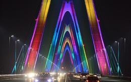 Ngắm cầu Nhật Tân rực sáng với hệ thống đèn chiếu 16 triệu gam màu