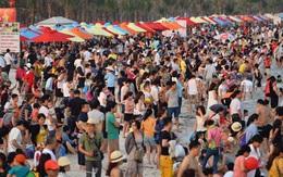 Chùm ảnh: Bãi tắm Hạ Long đông choáng váng trong dịp nghỉ lễ 30/4-1/5