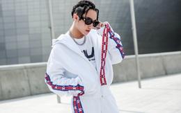 """Seoul Fashion Week: Sơn Tùng để tóc tết Hip hop, diện đồ thể thao trắng muốt và được chụp ảnh """"lia lịa"""""""