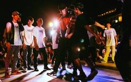 """Phố đi bộ Nguyễn Huệ và những cuối tuần vui như thế: Nghệ sĩ """"cháy hết mình"""", khán giả đội mưa đứng cổ vũ"""