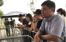 Khán giả đội mưa tại sân vận động diễn ra concert của Ariana, khóc vì chưa thể tin sự thật