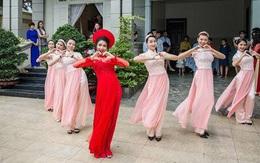 """Cô dâu cùng dàn hotgirl bưng quả nhảy """"Cô Ba Sài Gòn"""" cực chất"""