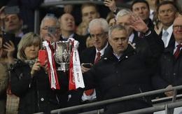 """Vì sao HLV Mourinho mặt """"như đưa đám"""" dù ghi tên vào lịch sử?"""