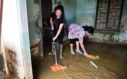 Chùm ảnh: Sau gần 1 tuần sống trong cảnh ngập lụt cô lập, người dân Chương Mỹ bắt tay vào dọn dẹp bùn đất