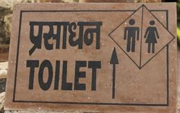 Chồng không chịu xây toilet mà bắt ra cánh đồng gần nhà đi vệ sinh, vợ nộp đơn xin ly dị