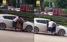 Người đàn ông đánh liên tiếp vào người phụ nữ đang bế con gây phẫn nộ