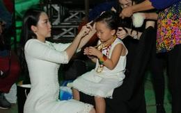 Linh Nga chải tóc, chăm sóc tận tình cho con gái nhỏ trong hậu trường sự kiện