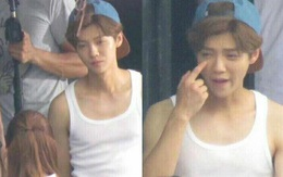 """Siêu cấp đáng yêu: Luhan đắm đuối ngắm nhìn Quan Hiểu Đồng không rời mắt, còn """"chỉ đạo"""" chuyên gia trang điểm cho bạn gái thật đẹp"""