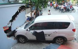 Hà Nội: Thanh niên lái xe ô tô đạp nhầm chân ga đâm thủng tường quán nước, chủ nhà đòi bồi thường 200 triệu