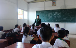 Món quà đặc biệt đầu năm học đã đến với lớp học 0 đồng của thầy giáo Trần Bình Phục trên đảo Hòn Chuối