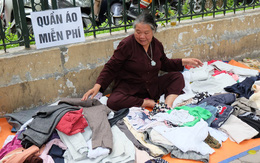 """Người phụ nữ 68 tuổi suốt 3 năm nay """"ngày nắng phát nước vối, ngày mát phát quần áo miễn phí"""" trước cổng viện K"""