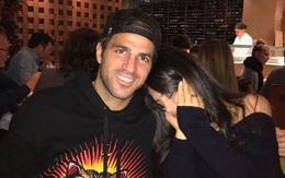 """Fabregas thân mật như """"tình nhân"""" với con riêng của bạn gái"""