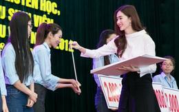 Đặng Thu Thảo rạng rỡ về trường cũ trao học bổng cho sinh viên nghèo vượt khó