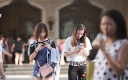 """Clip: Thói quen """"đi bộ thời công nghệ"""" đáng lo ngại của giới trẻ: Tay cầm điện thoại, mắt dán màn hình!"""