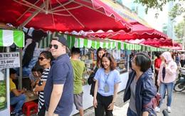 """Gần 1 tháng khai trương, phố """"hàng rong trên vỉa hè"""" trung tâm Sài Gòn luôn nhộn nhịp khách"""