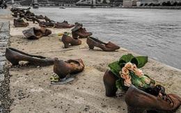 Nhìn thấy hơn 60 đôi giày bên dòng sông Danube ở Hungary, nhiều người bật khóc khi biết câu chuyện ám ảnh phía sau