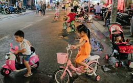 Người dân thích thú dạo bộ ở phố Tây Bùi Viện sau khi có lệnh cấm xe cộ lưu thông vào cuối tuần