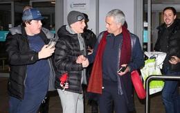 Mourinho hưng phấn, tặng gối cổ cho fan Man Utd