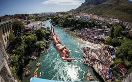 Nam thanh nữ tú kéo ra bờ sông xem nhảy cầu từ độ cao 30m
