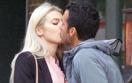 Sao Chelsea ôm hôn bạn gái giữa đường phố London