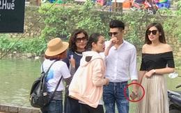 Noo Phước Thịnh nắm chặt tay Á hậu Tú Anh giữa chốn đông người