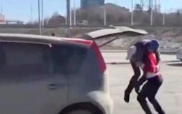 Đâm vào xe người ta còn không chịu xin lỗi, anh chàng cứng đầu bị cô gái lực điền nhấc bổng vứt vào cốp xe