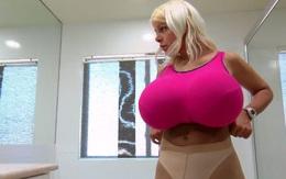 """Búp bê Barbie trông mất cân đối với bộ ngực """"khủng"""" nặng 4kg mỗi bên"""