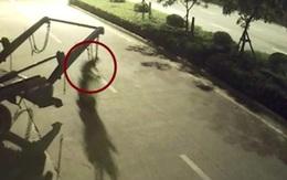 Sự thật đáng sợ đằng sau bóng đen bị treo lơ lửng sau xe chở rác