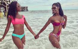 Hai cô nàng tung tăng đi tắm biển, nhìn qua chẳng ai biết đâu là mẹ, đâu là con gái