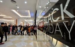 """Bất chấp lạnh kỷ lục từ đầu mùa, nhiều người dân Hà Nội vẫn xếp hàng từ sớm để """"săn"""" hàng giảm giá Black Friday"""