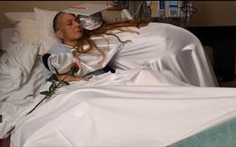 Mẹ ung thư cận kề cái chết, cô con gái được nhà trường tạo bất ngờ khiến ai cũng phải rơi nước mắt