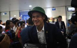 Ít fan chào đón, tuyển thủ U20 Việt Nam đội mũ cối ngày về