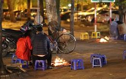 Nhiệt độ xuống thấp 11 độ C, người Hà Nội đốt lửa sưởi ấm