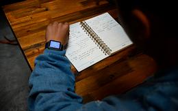 Sinh viên chăm chỉ học giỏi có ích gì khi vẫn thua một chiếc đồng hồ đeo tay?