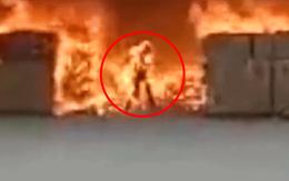 """Clip: Cố tình lao vào đám cháy để tìm kiếm tài sản, đàn ông biến thành """"ngọn đuốc sống"""""""